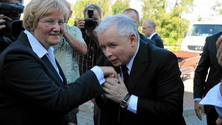Józefina Hrynkiewicz z Jarosławem Kaczyńskim w Łopuszce Małej podczas kampanii wyborczej w 2011 r.