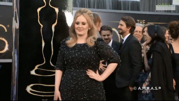 Adele zadebiutowała w nowej, bardzo zaskakującej roli. Piosenkarka nie tylko zaśpiewała na weselu swoich przyjaciół, ale też... udzieliła im ślubu.