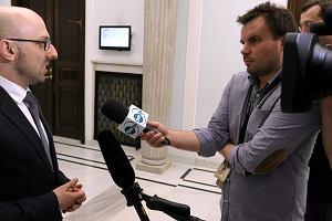 Poseł PiS uspokaja: Zapowiedzi Macrona ws. sankcji dla Polski to element kampanii wyborczej