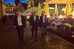 Prezydent Jacek Ja�kowiak poszed� na spacer z szefami policji. Zaczepia�y ich panie z klub�w go-go