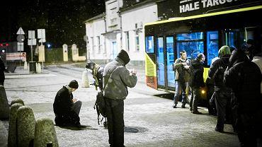 Autobus z pomocą dla bezdomnych jeździ ulicami Łodzi.