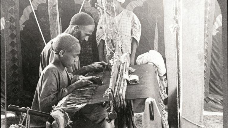 Indie, 1903 r., Kaszmir, ludzie pracujący przy krośnie do tkania wełny z kóz kaszmirskich