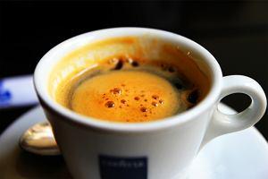 Hurtowe ceny kawy s� najni�sze od 4 lat, ale w kawiarniach taniej nie b�dzie