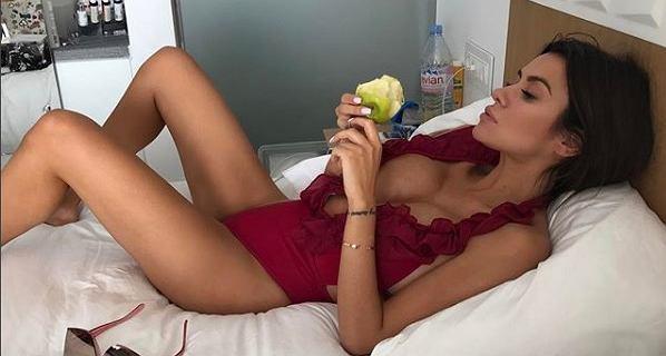 Natalia Siwiec odpoczywa na wakacjach i pokazuje płaski brzuch. Gdyby jej majtki były niżej zaliczyłaby niezłą wpadkę