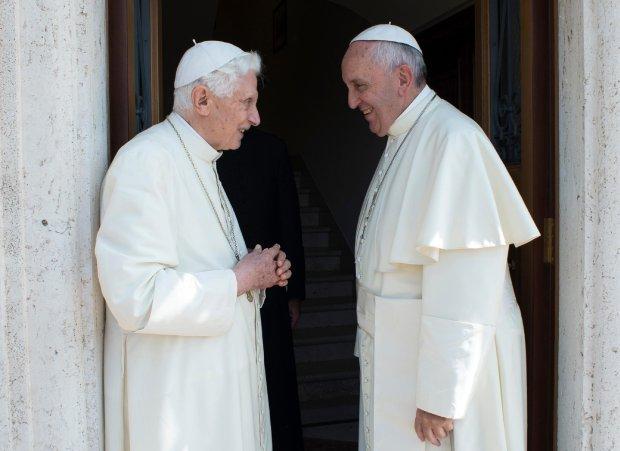 Papież Franciszek podczas rozmowy ze swoim poprzednikiem, Benedyktem XVI. Benedykt spowodował szok u wiernych i w Kościele, gdy odszedł z urzędu
