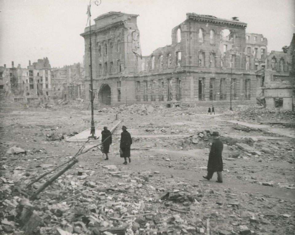 01c08ff4f5e1a Patrząc na tę fotografię Placu Napoleona (dziś Powstańców Warszawy) aż  trudno uwierzyć