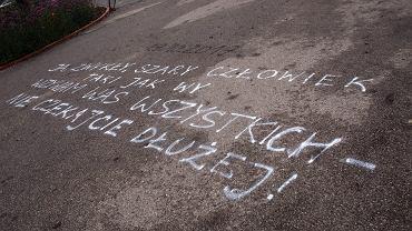 Hasła wypisane na asfalcie - po samospaleniu, którego pod Pałacem Kultury dokonał Piotr S z Niepołomic. Warszawa, 22 października 2017