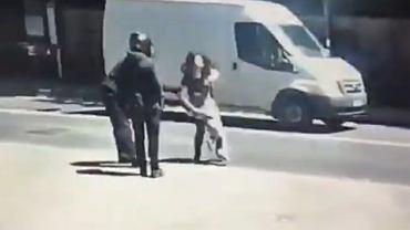 Gang motocyklowy w Londynie próbuje okraść matkę z dzieckiem