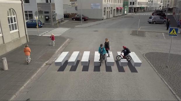 Zdjęcie numer 1 w galerii - Idąc po nim, wyglądasz, jakbyś szedł w powietrzu. Na Islandii stworzyli przejście dla pieszych w 3D