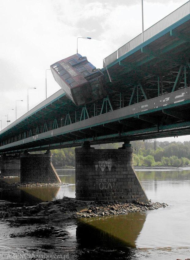 Zamkn�li most Gda�ski. Filmowy autobus spad� do Wis�y [WIDEO]