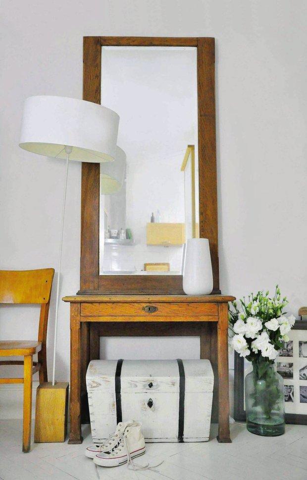 W przedpokoju, tuż?przy drzwiach wejściowych do?mieszkania, stoi toaletka z lustrem i krzesło, na?którym można wygodnie zmienić obuwie. Pomalowany na biało stary kufer zastępuje szafkę na buty.