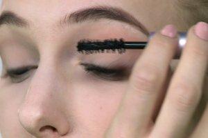 Encyklopedia makija�u: Jak przyklei� k�pki rz�s?