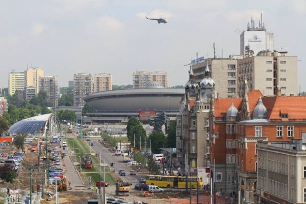 Helikopter lata nad Katowicami w ramach ćwiczeń antyterrorystów