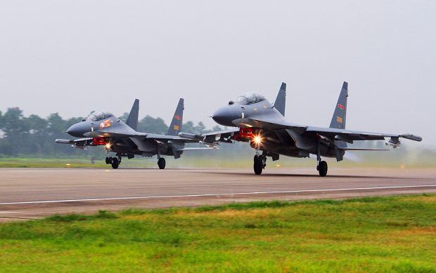 """Chińskie myśliwce """"niefachowo"""" przechwyciły amerykański samolot szpiegowski"""