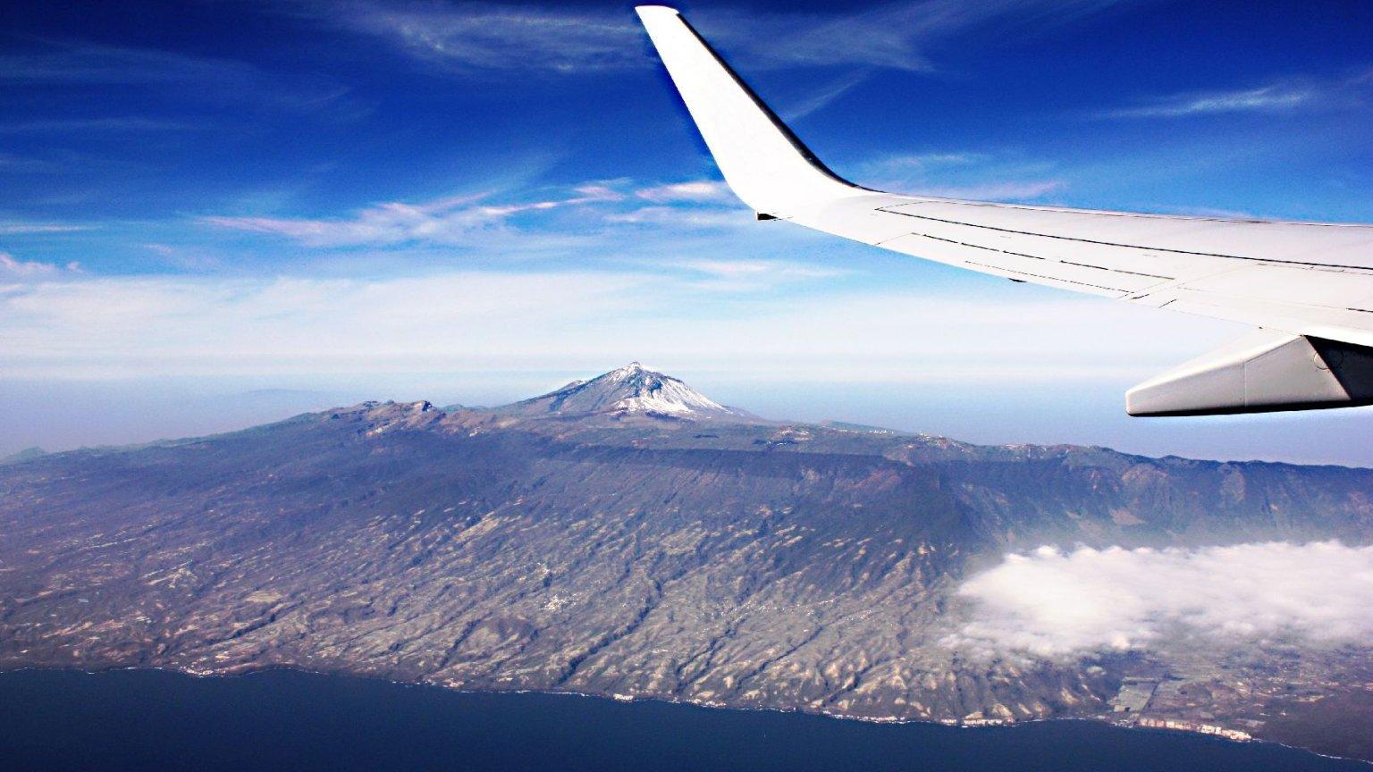 Jak dolecieć na koniec świata i nie zbankrutować? Na zdjęciu: lot nad Pico de Teide na Teneryfie