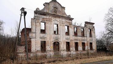 Ocalała fasada spalonego pod koniec wojny pałacu rodu von Borcke w Starogardzie