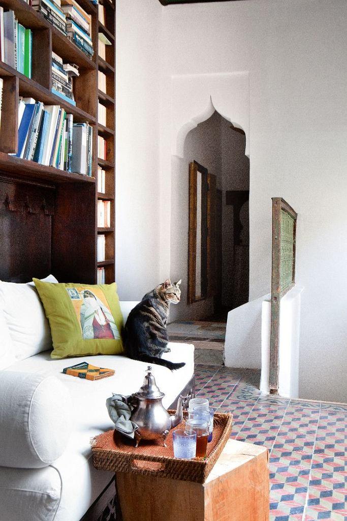 Biblioteczka na krużganku na piętrze to idealne miejsce na popołudniową miętową herbatę. Wejście z charakterystycznym marokańskim łukiem. Kot pilnuje spokoju tego domu.