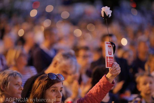Zdjęcie numer 31 w galerii - Tłumy przed Sądem Okręgowym w Łodzi. Kolejny dzień protestów przeciwko zmianom PiS w sądownictwie [ZDJĘCIA]