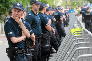 """Sejm wciąż pod ochroną: są barierki, jest policja. Powód? PiS boi się """"puczu"""" opozycji"""