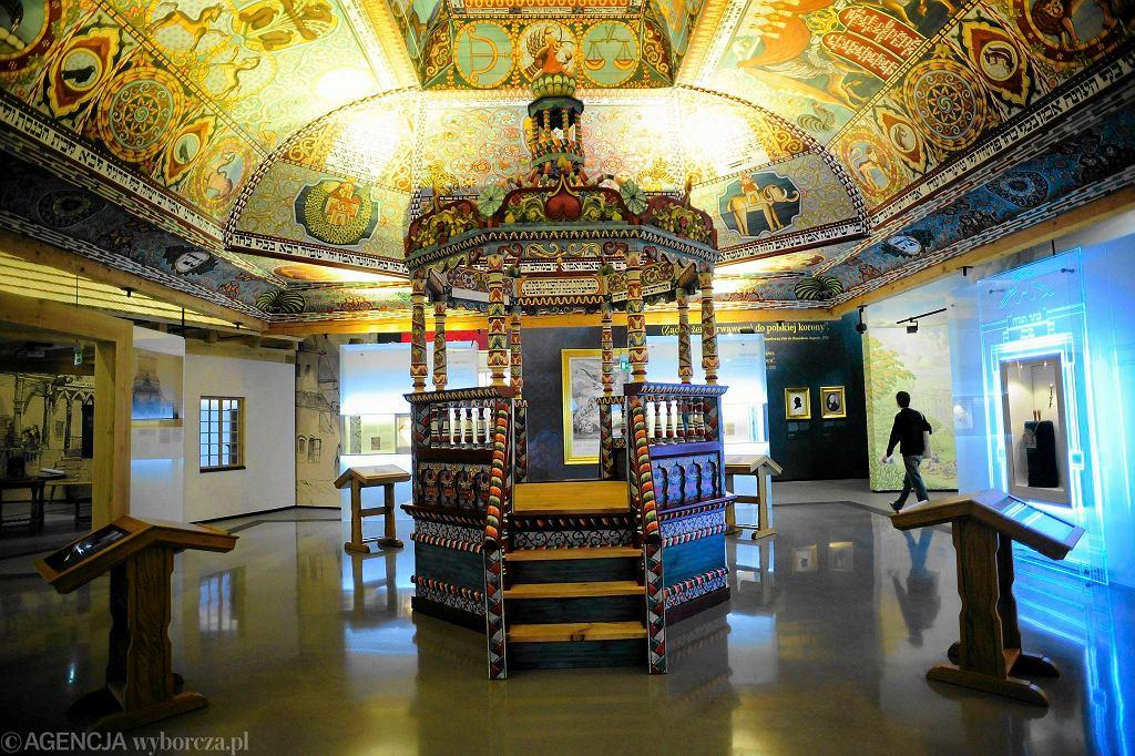 Polin - Muzeum Historii Żydow Polskich. Ręcznie wykonana replika dachu i sklepiania VII - wiecznej drewnianej synagogi z Gwoźdźca / ADAM STĘPIEŃ