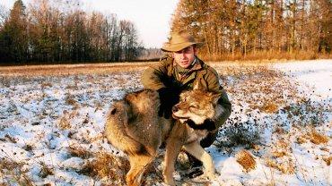 Adam Wajrak z wilkiem Kazanem