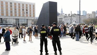 Nowego pomnika na pl. Piłsudskiego całą dobę pilnują policjanci