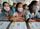 Chińscy studenci w maskach ze znakami zakazu palenia