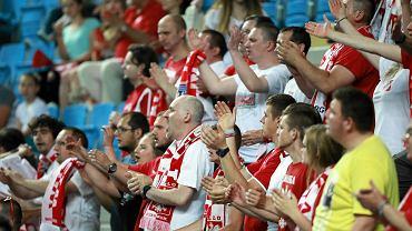 Polscy kibice na meczu piłki ręcznej kobiet.