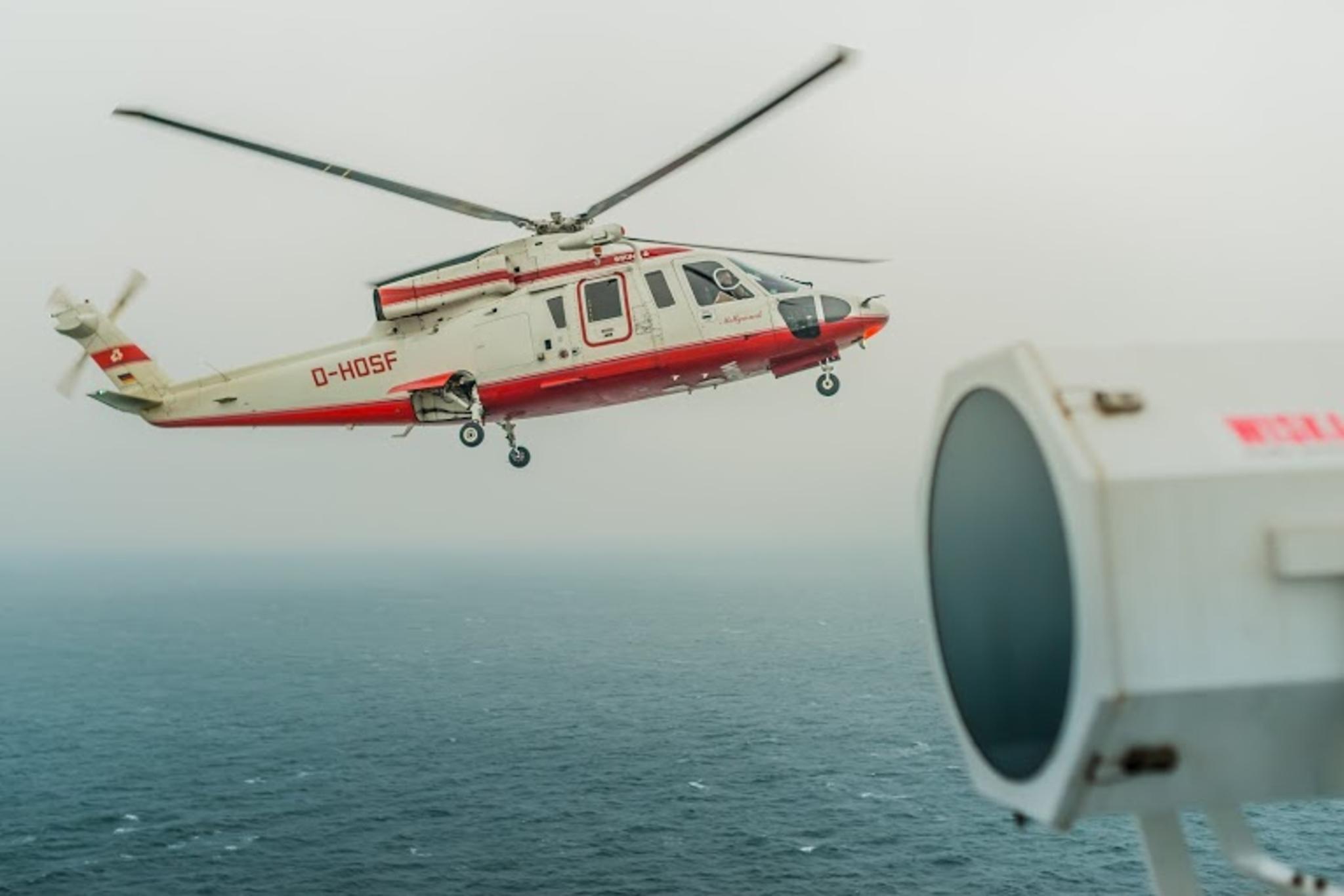 Jeden ze sposobów, w jakie pilot dostaje się na pokład statku na otwartym morzu (fot. Robert Urbaniak)