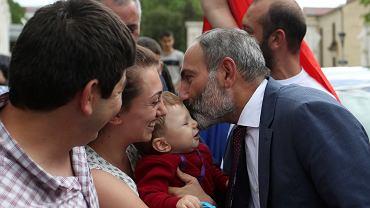 Nikol Paszynian tuż po konferencji prasowej w Stepanakercie, stolicy Górskiego Karabachu - regionu, o który Armenia spiera się i raz za razem toczy walki z Azerbejdżanem. 9 maja 2018 r.