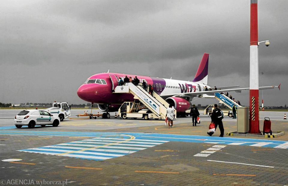 Samolot linii Wizz Air na lotnisku w Poznaniu