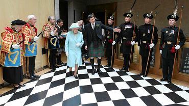 Królowa Elżbieta II w szkockim parlamencie w towarzystwie jego przewodniczącego Kena Macintosha, Edynburg, 2 lipca