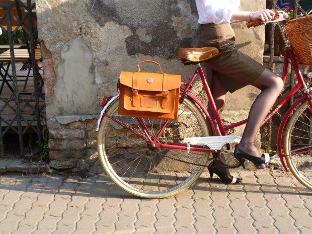 na rowerze, na obcasach