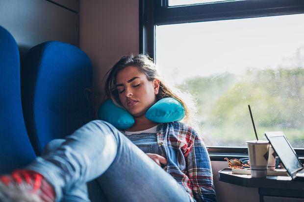 Używasz poduszki podróżnej, zakładając ją na kark? Ekspert: robisz to źle [WYJAŚNIAMY]