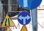 Znak w krzakach, znak nad ziemi�. Dolno�l�ski ba�agan na drodze