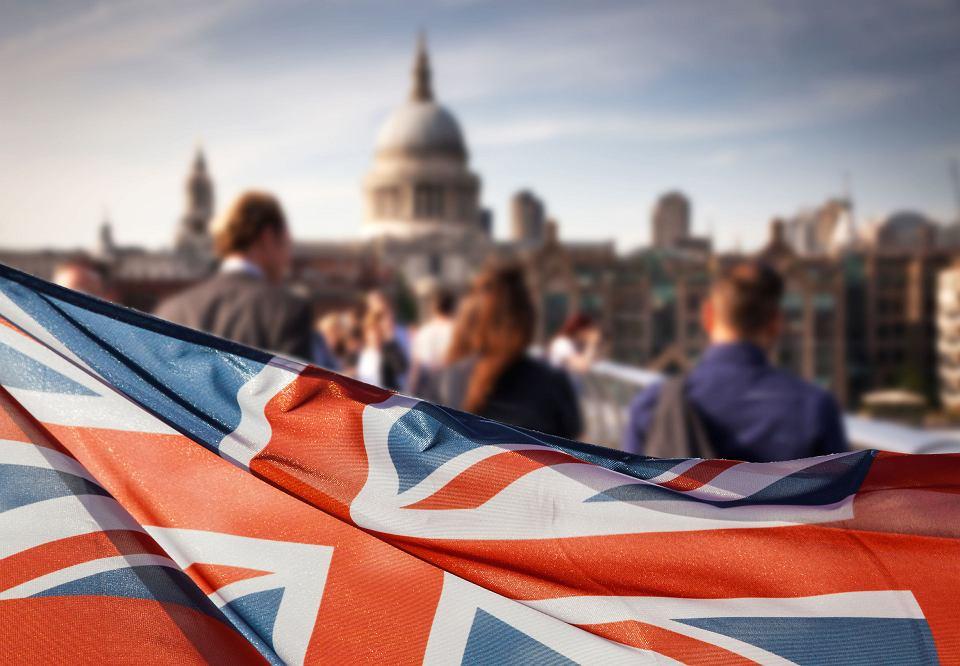 Brytyjska flaga na tle katedry św. Pawła w Londynie