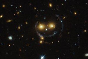 Kosmiczny uśmiech czyli soczewkowanie grawitacyjne jest piękne
