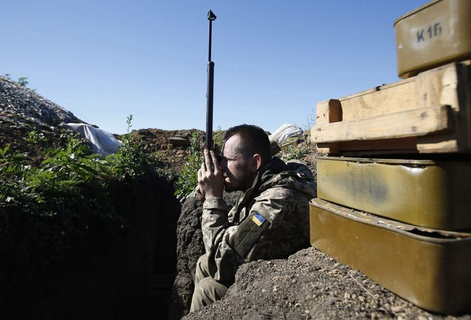 Ukraiński żołnierz monitoruje sytuację na linii frontu w pobliżu Mariupola, 11 czerwca 2018 r.