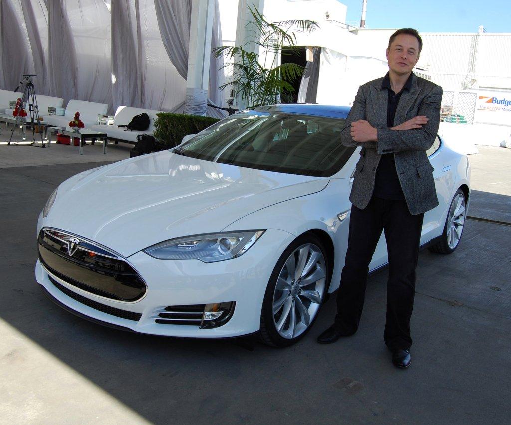Elon Musk w fabryce Tesli w Fermont w Kalifornii