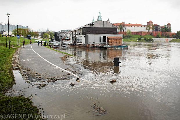 Zdjęcie numer 1 w galerii - Podtopione bulwary nad Wisłą. Pogotowie przeciwpowodziowe w Krakowie