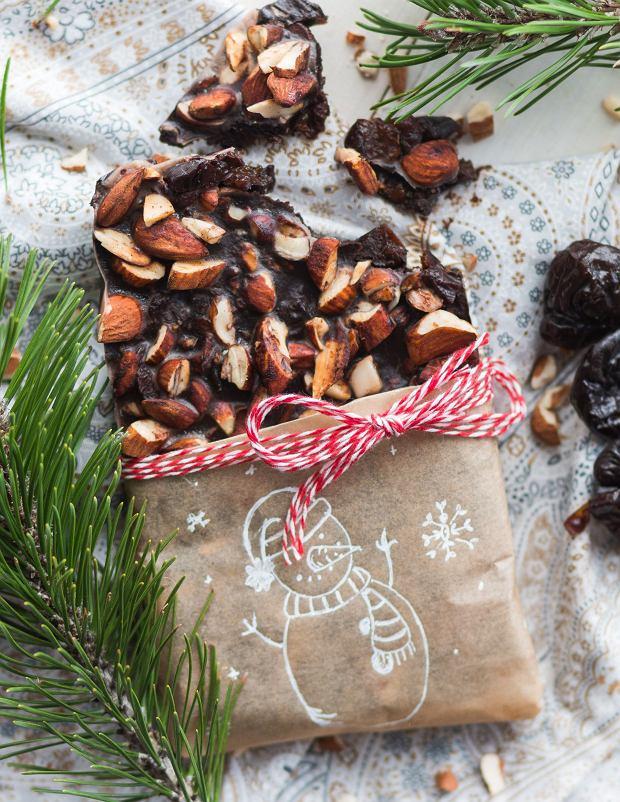 Wegańska czekolada ze śliwkami kalifornijskimi i prażonymi migdałami - jadalny prezent