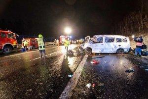 Wypadek polskiego busa na autostradzie w Niemczech. Nie �yj� dwie osoby