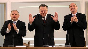 Jan Olszewski (c), Jarosław Kaczyński i Antoni Macierewicz podczas konferencji 'Jak Polacy wybijali się na niepodległość' w piętnastą rocznicę upadku rządu Olszewskiego. Warszawa, Sejm, 3 czerwca 2007