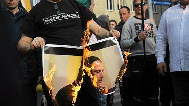 Marsz narodowc�w we Wroc�awiu. Spalili zdj�cie Dutkiewicza w jarmu�ce