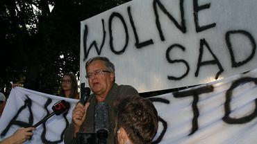 Czwartek, 20 lipca 2017 roku.  Pokojowy protest w Augustowie w związku z uchwaleniem ustawy o Sądzie Najwyższym. Na zdjęciu prezydent Bronisław Komorowski