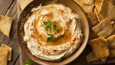Hummus można serwować polany olejem lub oliwą i posypany suszoną słodką papryką.