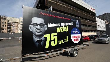 Kampania billboardowa Platformy Obywatelskiej wymierzona w PiS , dotycząca nagród finansowych wypłacanych przez rząd PIS-u.
