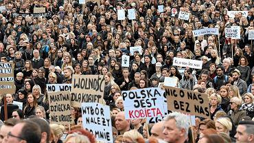 Październik 2016 - Czarny Protest kobiet w związku z próbą zaostrzenia ustawy aborcyjnej