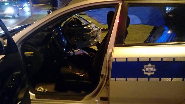 Wypadek radiowozu eskortującego szefa NATO. Na zdjęciach widać duże uszkodzenia