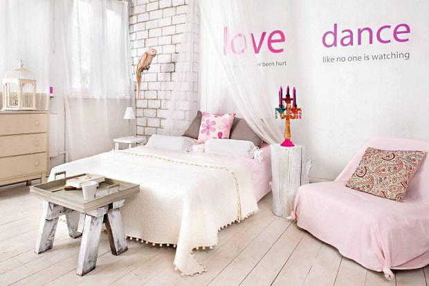 Dekoracyjne naklejki na ścianie w sypialni